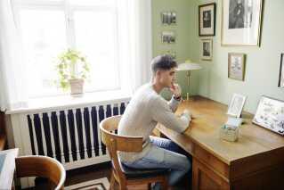 Her sidder Daniel på Niels Bohrs gamle kontor - ét af hans helt store forbilleder.
