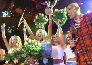 Sisse Marie Søby blev vinderen af det første Børne Melodi Grand Prix tilbage i 2001. Til højre ses René Dif fra Aqua, der var vært for showet.