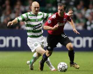 Thomas Gravesen i duel med Tobias Linderoth i Glasgow.