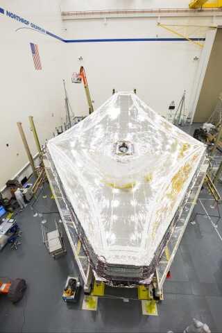 Solskyggen som skal hjælpe James Webb-teleskopet med at se længere end nogensinde før. Men en fejl i foldemekanismen kan nu forsinke opsendelsen.