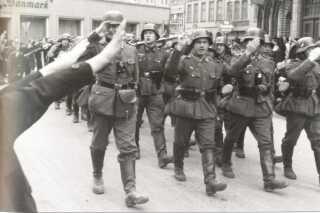 Tyske soldater blev hurtigt et almindeligt syn i de danske gader. Her marcherer tyske tropper ved Nørreport i Åbenrå i dagene omkring besættelsen. Nogle af tilskuerne heiler til soldaterne.