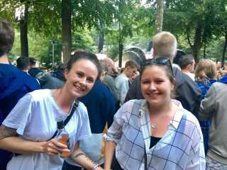 Tanja Møller (tv) og Rikke Lykke Kor (th) var blandt de tusindvis af fans, der hørte L.O.C på Smukfest 2017. De er kommet for at høre rapperen bande.