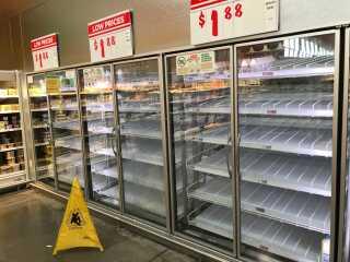 Tomme hylder i supermarkedet i Klavs Beldrings kvarter, fordi folk hamster mælk og andre varer, hvis området bliver oversvømmet mere, og veje lukkes.