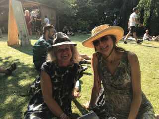 Lotte Wagner og veninden Kirsten er ikke begejstrede for, at reklamer fylder så stor en del af Heartland Festival