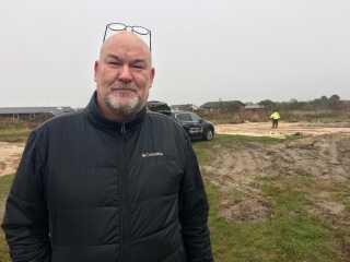 Ejendomsmægler Peter Monrad er ikke arbejdsløs i øjeblikket. Bag ham er et gammelt sommerhus netop blevet revet ned.