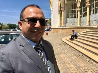 Advokat El Fataoui Khalid foran retsalen, der ligger i en forstad til hovedstaden Rabat.