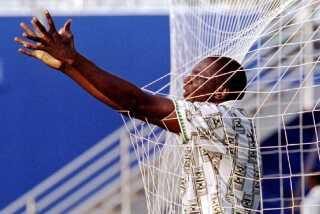 Nigerias Rashidi Yekini jubler efter at have landets første mål ved en slutrunde i 1994. Det er denne trøje, som den nye, eftertragtede trøje er en opdatering. (Arkiv) (Foto: Oleg Popov AS)