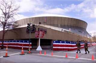 Militær-personel patruljerer ved Superdome i New Orleans. Sikkerheden var massiv efter terror-angrebet 11.9. 2001.