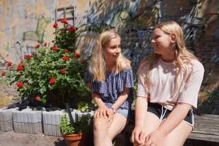 Ida-Malou er ked af at gå glip af ting med veninderne eller klassen, når hun skal til Bornholm. Her er hun med sin ældste Maja, som hun har kendt siden vuggestuen.