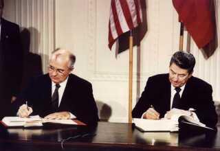 8. december 1987 underskrev præsident Ronald Reagan (th.) og den sovjetiske leder Mikhail Gorbatjov INF-traktaten i Det Hvide Hus i Washington DC.