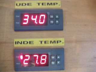 Mange tjekker temperaturen med egen og uofficiel måling som her ved Skals torsdag eftermiddag.