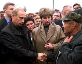 10 dage efter Kursk sank til bunden af Barentshavet tog præsident Putin til Murmansk for at møde pårørende til de 118 omkomne flådesoldater.
