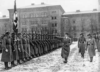 Adolf Hitler inspicerer Waffen SS-kadetter.