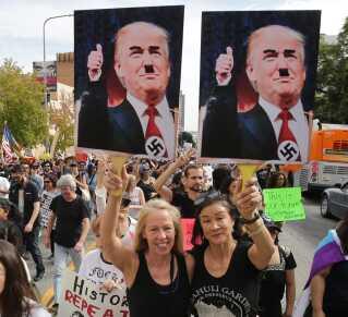 Den 12. november i Los Angeles sammenlignede demonstranter Donald Trump med Hitler, efter Trump blev valgt som USA's 45. præsident.