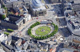 Luftfoto af Kongens Nytorv tilbage i 2010. De første ledningsomlægninger er gået i gang, som forberedelse til byggeriet af Cityringens metrostation.