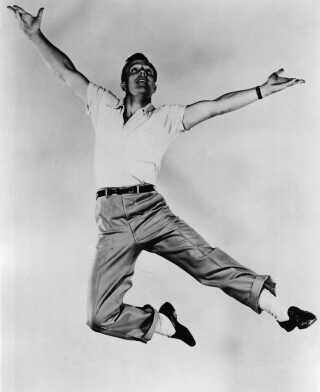Gene Kelly i luften - iklædt de loafers og hvide sokker, som blandt andre Michael Jackson senerehen tog til sig.