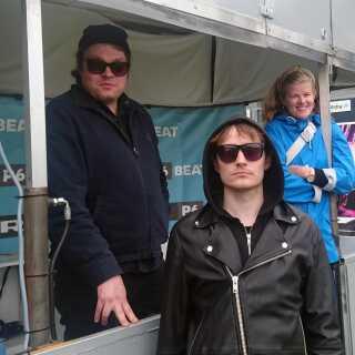 """Rune Hedeman, Jacob Ege Hinchely og vildtvejrsekspert Signe Elin Gram på Roskilde Festival - med det helt rigtige """"vi starter et band""""-look."""