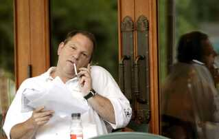 Harvey Weinstein på en cafe i Los Angeles.