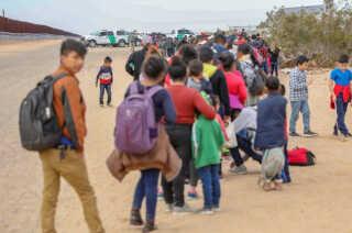 I januar blev store grupper af migranter fra Mexico tilbageholdt af amerikanske grænsevagter, efter de krydsede grænsen nær den amerikanske by Yuma, hvor det nye hegn skal bygges.