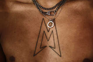 Michael Williams har sit logo tatoveret på brystet.