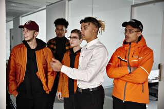 Michael Williams under optagelserne til sin nye musikvideo  sammen med vennerne. De er allesammen med i musikvideoen.