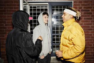 Michael Williams holder en pause i selskab med rapperne LilleBitteBock (t.v) og Lil Mazda.