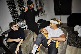Michael Williams i studiet sammen med BootyBayBruiser (T.V) og Tyrese Tyr. De tre er oppe at køre over et beat, som BootyBayBruiser lige har spillet for dem for første gang.
