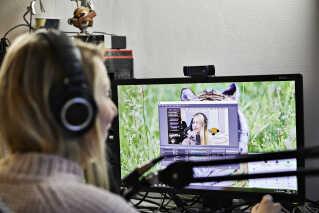 Maries værelse er sat op til at kunne streame og game bedst muligt. Hun begynder om eftermiddagen med at gå online og snakke med sine følgere en halv time. Når det er klaret, går hun i gang med at spille 'Fortnite', hvor dem på chatten følger med.
