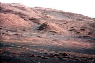 Billede af Marslandskab, som er taget af Mars-robotten Curiosity. Farverne er blevet fremhævet under redigering.