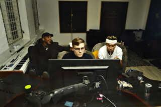 Michael Williams sidder i studiet med Tyrees Tyr (t.v.) og DJ Bootybaybruiser. De er i gang med at færdiggøre et nyt track. Michael Williams mødes tit med DJ Bootybaybruiser og har altid har nye beats med i studiet.  Sammen prøver de at skabe et track. Enten har Williams en tekst med, ellers skriver han direkte til beatet, mens han er i studiet.