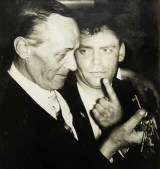 En aften i 1955, hvor Lorentzen besøgte noget familie, som var scenografer på et københavnsk teater, mødte han Dirch Passer.