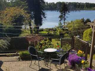Susanne Winther-Nielsen byttede en udsigt til et træ, et plankeværk og naboens tag for Rørsøen i Nysted.