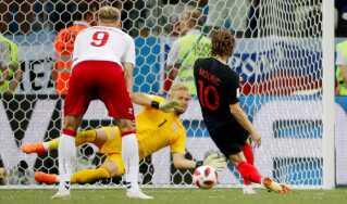 Kasper Schmeichel redder helt fantastisk Luka Modrics straffespark i den forlængede spilletid og sikrer Danmark en straffesparkskonkurrence.
