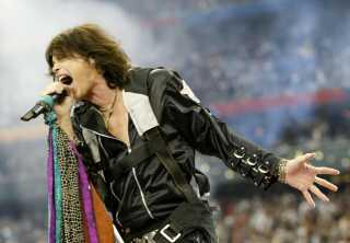 Aerosmiths Steven Tyler synger ved Super Bowl i 2001.