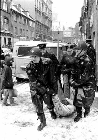 Politiet slæber en af Sofiegårdens beboere ud under rydningen den 27. februar 1969.