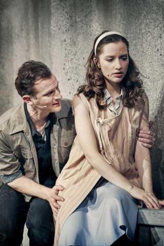 Hovedrollerne i stykket spilles af Isabel Schwartzbach og Mathias Flint.