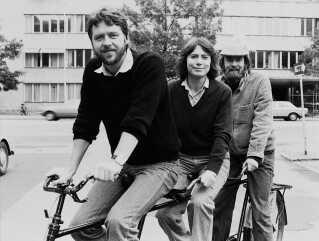 I 1980 befandt TV-Avisen sig fortsat i Radiohuset på Frederiksberg, og som den sidste af DR's udsendelser var programmet kommet i farver i 1978. Som noget nyt begyndte man det år at sende 'Søndagsmagasinet' med uddybende nyheder og reportager, og her var Ole Thisted, Alice Vestergaard og Jørgen Flindt Pedersen værter.