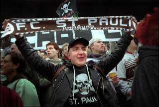 Aktivisme og fodbold går hånd i hånd i Hamborg-bydelen Sankt Pauli.