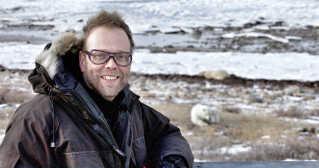 Lars Ostenfeld har det meste af sin karriere arbejdet med at lave dokumentarer om dyreliv. Her er han på optagelserne af dokumentaren 'Isbjørnen og mig.' Tidligere har han også været med til at lave det elskede børneprogram 'Naturpatruljen.'