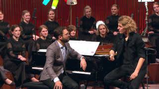 Det seneste år har 16.000 løst billet til at komme til 'Din danske sang'-koncerter, hvor man synger med DR Pigekoret og her solist Mattias Kolstrup. Koncerterne bliver snart vist på DR K. Foto: Framegrab.