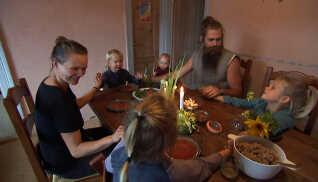Der bliver sunget tak for mad før aftensmaden, hvor alle naturligvis også får det samme.