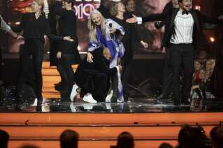 Under showet var der blandt andet en musikalsk hyldest til skuespiller Dar Salim med blandt andet Søs Fenger og Jakob Oftebro. Her ses hovedpersonen selv oppe på scenen for at kramme Søs Fenger.