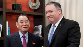 USA's udenrigsminister, Mike Pompeo, ses her med Kim Yong Chol, der er Nordkoreas ledende forhandler, når det gælder atompolitik.