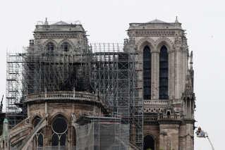 Dagen derpå mødes franskmændene af en sodet katedral. Der er stilladser omkring Notre Dame på grund af en større renovering, der allerede var påbegyndt.