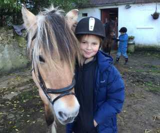 Andreas sammen med hesten Bessa.