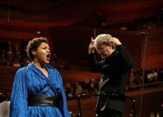 Det var daværende chefdirigent Thomas Dausgaard, som stod i spidsen for DR Symfoniorkestret på aftenen, og en af stjernerne, som koncertgængere, lyttere og seere kunne møde  var den canadiske sopran Measha Brueggergosman. Hun hed egentlig oprindeligt Measha Gosman, men så blev hun gift med tyske Markus Brügger, og så smeltede også deres navne sammen.
