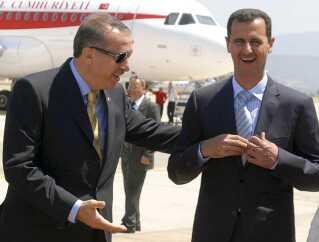 Tyrkiets leder Tayyip Erdogan og Syriens leder Bashar al-Assad (til højre), da de mødtes i Bodrum i Tyrkiet i 2008.