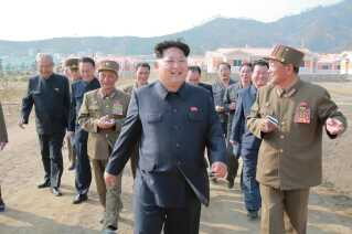 Nordkoreas leder, Kim Jong-Un, inspicerer en nybygget landsby i Paekhak-dong i Sonbong-distriktet, Nordkorea.