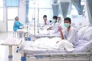I forgårs frigav myndighederne for første gang billeder af drengene på hospitalet.