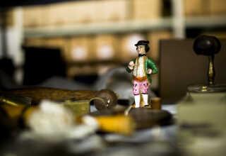 Er denne porcelænsfigur vigtig for vores kulturhistorie? spørger museumsinspektør Berit Christensen.
